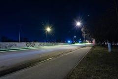 Ελαφριές αντανακλάσεις πόλεων θερινής νύχτας πέρα από το νερό Στοκ φωτογραφίες με δικαίωμα ελεύθερης χρήσης