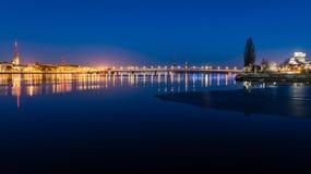 Ελαφριές αντανακλάσεις πόλεων θερινής νύχτας πέρα από το νερό Στοκ φωτογραφία με δικαίωμα ελεύθερης χρήσης
