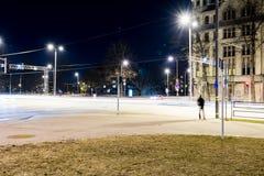 Ελαφριές αντανακλάσεις πόλεων θερινής νύχτας πέρα από το νερό Στοκ Φωτογραφία