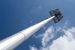 Ελαφρύς πόλος σημείων με το μπλε ουρανό στο στάδιο Στοκ φωτογραφίες με δικαίωμα ελεύθερης χρήσης