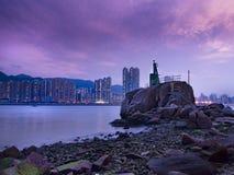 Ελαφρύς πύργος Yue Mun Lei στο σούρουπο στοκ φωτογραφίες