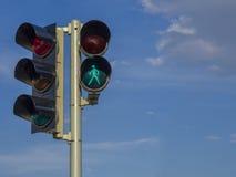 Ελαφρύς σηματοφόρος κυκλοφορίας - πράσινη μαριονέτα αριθμού περπατήματος στοκ φωτογραφία