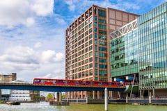 Ελαφρύς σιδηρόδρομος Docklands στο εμπορικό κέντρο Canary Wharf Στοκ εικόνα με δικαίωμα ελεύθερης χρήσης
