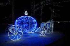 Ελαφρύ γλυπτό στο φωτισμένο πάρκο νύχτας Στοκ Φωτογραφία