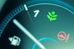 Ελαφρύ εικονίδιο κίνησης Eco στο ταμπλό αυτοκινήτων Στοκ φωτογραφία με δικαίωμα ελεύθερης χρήσης