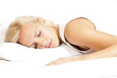 Ελαφρύ θηλυκό πρότυπο τρίχας, που κοιμάται στο μαξιλάρι στοκ εικόνες
