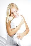 Ελαφρύ θηλυκό πρότυπο τρίχας, που χαλαρώνει στο κρεβάτι στοκ εικόνα