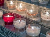 Ελαφρύ κύπελλο κεριών στην εκκλησία Στοκ φωτογραφία με δικαίωμα ελεύθερης χρήσης