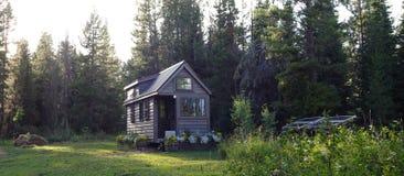 Ελαφρύ μικροσκοπικό σπίτι βραδιού στοκ φωτογραφία