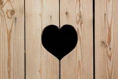 Ελαφρύ μπεζ ξύλινο υπόβαθρο με μια καρδιά ζωηρόχρωμος λεπτομέρειας εξωτερικός τρύγος σύστασης σπιτιών παλαιός Στοκ Φωτογραφίες