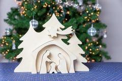 Ελαφρύ ξύλινο παχνί Χριστουγέννων με το Joseph και τη Mary Στοκ Φωτογραφία