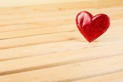 Ελαφρύ ξύλινο υπόβαθρο ημέρας βαλεντίνων με τις κόκκινες καρδιές Στοκ φωτογραφία με δικαίωμα ελεύθερης χρήσης