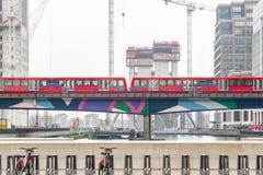 Ελαφρύ τραίνο που περνά μέσω του Canary Wharf στο Λονδίνο Στοκ φωτογραφία με δικαίωμα ελεύθερης χρήσης