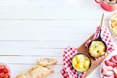 Ελβετικά σύνορα γωνιών τυριών raclette με το copyspace Στοκ φωτογραφίες με δικαίωμα ελεύθερης χρήσης