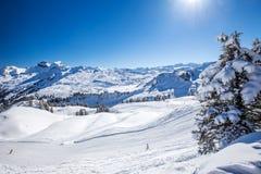 Ελβετικές Άλπεις που καλύπτονται το φρέσκο νέο χιόνι που βλέπει από από το σκι hoch-Ybrig σχετικά με Στοκ Φωτογραφίες