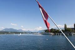 Ελβετική σημαία στη γέφυρα πέρα από τον ποταμό Reuss, Lucern Στοκ Εικόνες