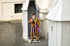 Ελβετική φρουρά παραδοσιακό σε ομοιόμορφο στο καθήκον σε ένα κιβώτιο σκοπών σε μια πύλη Βατικάνου Στοκ εικόνα με δικαίωμα ελεύθερης χρήσης