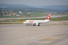Ελβετικό αεροπλάνο επιβατηγών αεροσκαφών στο tarmac Στοκ εικόνα με δικαίωμα ελεύθερης χρήσης