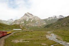 Ελβετικό τραίνο Bernina βουνών σαφές που διασχίζει μέσω του υψηλού MO Στοκ εικόνες με δικαίωμα ελεύθερης χρήσης