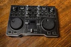 Ελεγκτής του DJ παλαιός, επάνω με το επιτραπέζιο ξύλο Στοκ εικόνες με δικαίωμα ελεύθερης χρήσης