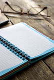 Ελεγχμένα σπείρα σημειωματάριο και θεάματα στο υπόβαθρο Στοκ φωτογραφία με δικαίωμα ελεύθερης χρήσης