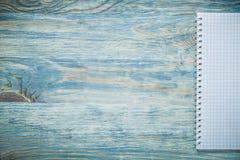 Ελεγχμένος copybook στην ξύλινη πινάκων έννοια εκπαίδευσης αντιγράφων διαστημική στοκ φωτογραφία με δικαίωμα ελεύθερης χρήσης
