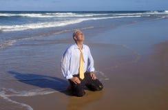 Ελευθερία διακοπών επιχειρησιακών ατόμων, που χαλαρώνει σε μια τροπική παραλία Στοκ Εικόνες