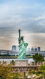 Ελευθερία που αντιπαραβαεται γυναικεία ενάντια στη γέφυρα ουράνιων τόξων Στοκ Φωτογραφίες