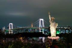 Ελευθερία που αντιπαραβαεται γυναικεία ενάντια στη γέφυρα ουράνιων τόξων στο Τόκιο Στοκ εικόνες με δικαίωμα ελεύθερης χρήσης