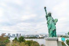 Ελευθερία που αντιπαραβαεται γυναικεία ενάντια στη γέφυρα ουράνιων τόξων στο Τόκιο Στοκ εικόνα με δικαίωμα ελεύθερης χρήσης