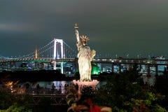 Ελευθερία που αντιπαραβαεται γυναικεία ενάντια στη γέφυρα ουράνιων τόξων στο Τόκιο Στοκ Φωτογραφίες