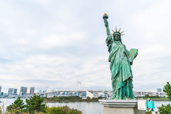 Ελευθερία που αντιπαραβαεται γυναικεία ενάντια στη γέφυρα ουράνιων τόξων στο Τόκιο Στοκ φωτογραφία με δικαίωμα ελεύθερης χρήσης