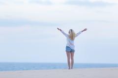 Ελεύθερη γυναίκα που απολαμβάνει της ελευθερίας στην παραλία στο σούρουπο Στοκ φωτογραφίες με δικαίωμα ελεύθερης χρήσης