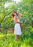 Ελεύθερη ευτυχής γυναίκα με την πανέμορφη κόκκινη απόλαυση τρίχας Στοκ εικόνες με δικαίωμα ελεύθερης χρήσης