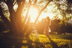Ελεύθερη ευτυχής γυναίκα που απολαμβάνει τη φύση Στοκ Εικόνες