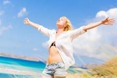 Ελεύθερη ευτυχής γυναίκα που απολαμβάνει τον ήλιο στις διακοπές Στοκ φωτογραφία με δικαίωμα ελεύθερης χρήσης
