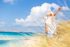 Ελεύθερη ευτυχής γυναίκα που απολαμβάνει τον ήλιο στις διακοπές Στοκ Φωτογραφία