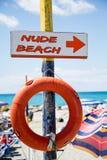 Ελεύθερη παραλία, σημάδι δεικτών στην ξύλινη θέση με το lifesaver Στοκ εικόνα με δικαίωμα ελεύθερης χρήσης
