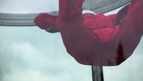 Ελεύθερη πτώση με αλεξίπτωτο γυναικών skydiver σε έναν εσωτερικό χώρο Εσωτερική κατάδυση ουρανού απόθεμα βίντεο