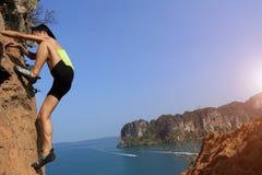 Ελεύθερη σόλο αναρρίχηση ορειβατών βράχου γυναικών Στοκ Φωτογραφίες