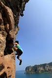 Ελεύθερη σόλο αναρρίχηση ορειβατών βράχου γυναικών Στοκ Εικόνες