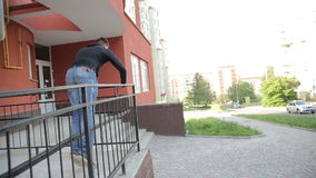 Ελεύθερος δρομέας που κάνει parkour Άλμα πέρα από τα σκαλοπάτια Ακροβατική φυγή φιλμ μικρού μήκους