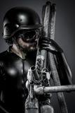 Ελεύθερος σκοπευτής με το τεράστιο τουφέκι πλάσματος, έννοια φαντασίας Στοκ Φωτογραφία