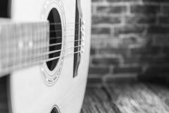 Ελεύθερου χώρου ξύλινος με την ακουστική κιθάρα Στοκ εικόνες με δικαίωμα ελεύθερης χρήσης