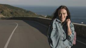 Ελεύθερο και ευτυχές κορίτσι που περπατά στο δρόμο και το χαμόγελο Στοκ Φωτογραφίες