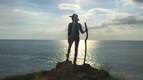 Ελεύθερο ταξιδιωτικό κορίτσι στα βουνά ενάντια στη θάλασσα απόθεμα βίντεο