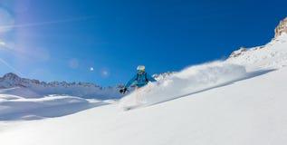 Ελεύθερο snowboarder που τρέχει προς τα κάτω Στοκ εικόνα με δικαίωμα ελεύθερης χρήσης