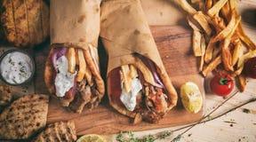 Ελληνικά γυροσκόπια που τυλίγονται στα ψωμιά pita σε έναν ξύλινο πίνακα - τοπ άποψη στοκ εικόνα με δικαίωμα ελεύθερης χρήσης