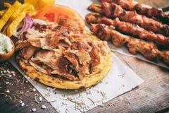 Ελληνικά γυροσκόπια σε ένα ψωμί pita στοκ εικόνα