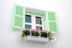 Ελληνικά παράθυρα ύφους με τα πράσινα αναδρομικά ξύλινα παραθυρόφυλλα Στοκ εικόνες με δικαίωμα ελεύθερης χρήσης